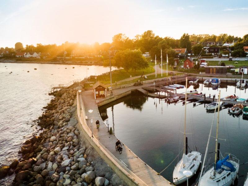 Fiskeläget i Abbekås med välbesökt gästhamn. Foto: Apelöga