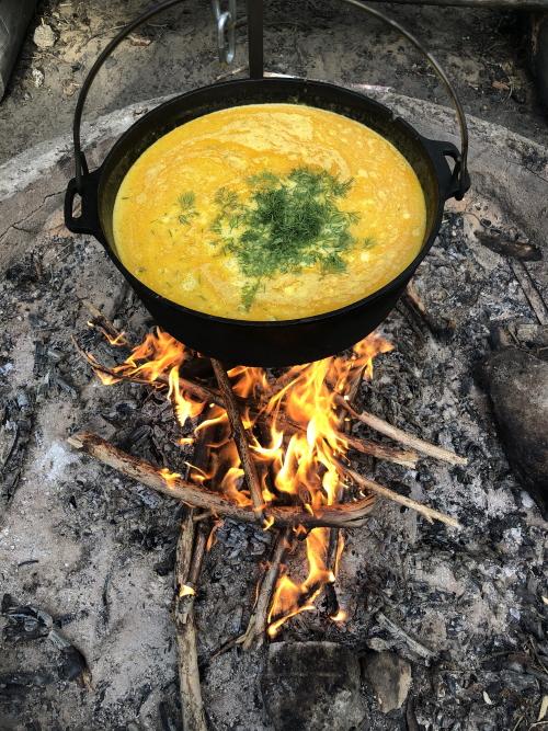 Cykla och laga middag i skogen över öppen eld2