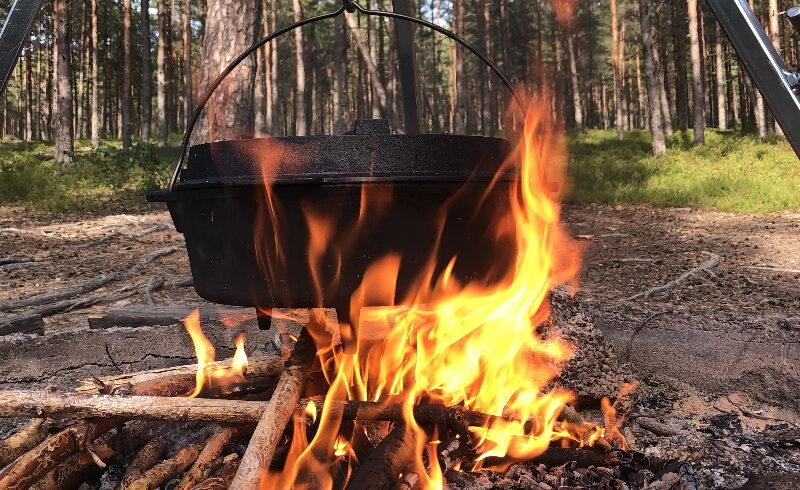 Laga middag i skogen öppen eld
