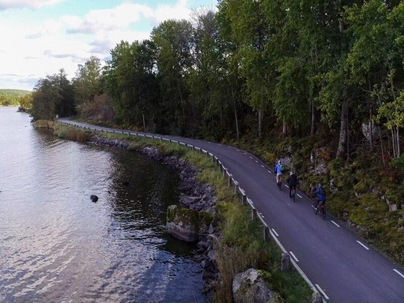 Kinda cykling vid sjön