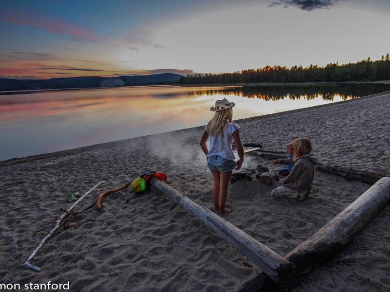 Skosjön grilla på kvälllen på sandstranden